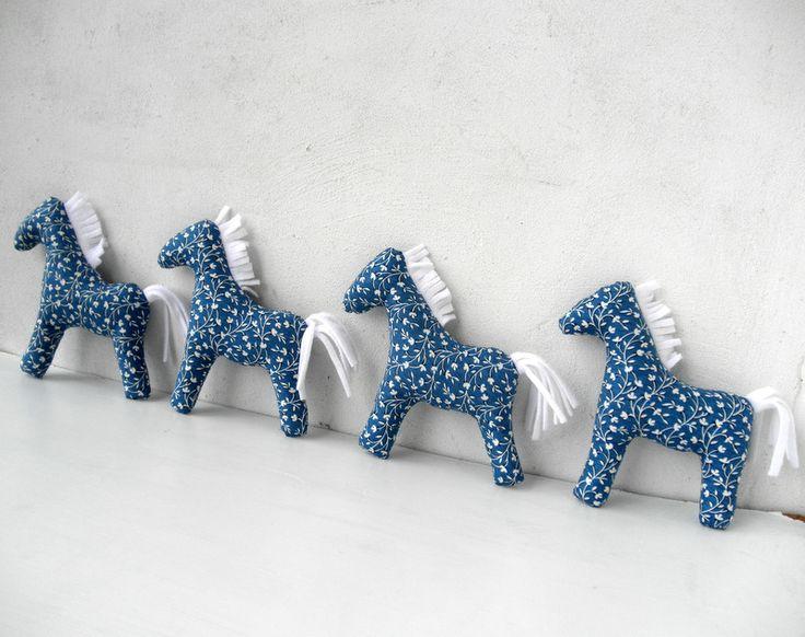 Stádo modrých koní Dekorační koníček z balvněné látky firmy Clothwork Textiles z kolekce Everything Blue. Hříva a ocas jsou z fleece. Vyplněno PES kuličkami. Pouze dekorace - nikoliv hračka pro malé děti. Pokud by jste chtěli koníky na zavěšení, napište a přidělám k nim poutko z bavlněné příze.  Rozměr: 17 x 18 cm Cena je za 1 kus
