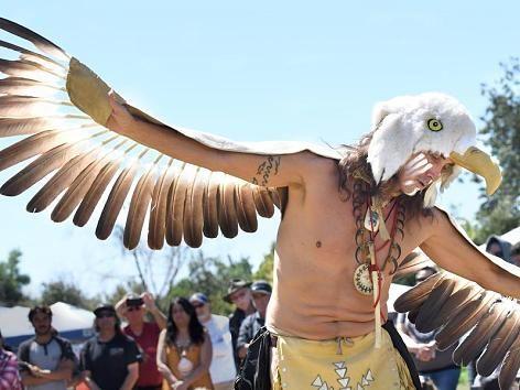 Beim Panhe-Festival im kalifornischen San Clemente führt ein Mann im Adler-Kostüm einen Tanz auf. Mit Musik, Tanz, Ausstellungen und Kunsthandwerk wird beim Panhe-Festival der Ureinwohner Amerikas gedacht.
