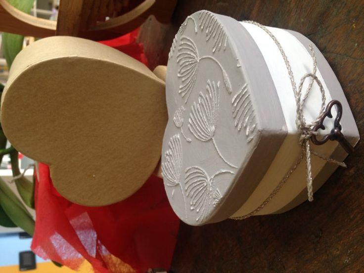 solo una scatola di cartone? poca spesa tanta, tanta, tantissima resa! partendo da una scatola così: puoi realizzare graziose scatole così: oppure così non sono bellissime? Bastano colori, pasta sabbia, stencil, carta vetrata e naturalmente una scatola... e voilà!  #shabbychic