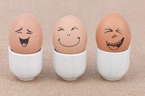 Lachende paasei gezichten