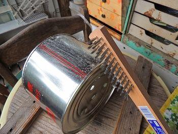 絵の具が乗りにくい素材の場合は金ブラシでこすって傷をつけましょう。 缶は表面加工されているものが多く、金属用の塗料であってもそのまま着色するのではのりにくかったり落ちやすかったりします。ヤスリや金ブラシで表面に傷をつけるようにこすって塗料を塗りやすくします。 ここでのコツは、なるべく表面をデコボコさせることです。 スポンジで絵の具を叩きつけてのせて、のった絵の具をムチュっと引っ張り上げるイメージ。  また、一色ベタ塗りにならないよう、絵の具をプラスチックトレー上で完全に混ぜないようにしています。たとえば紫とカーキと白を混ぜた色を塗る場合、3色をガバッとスポンジに取り、缶に押し付けながら混ぜたりします。