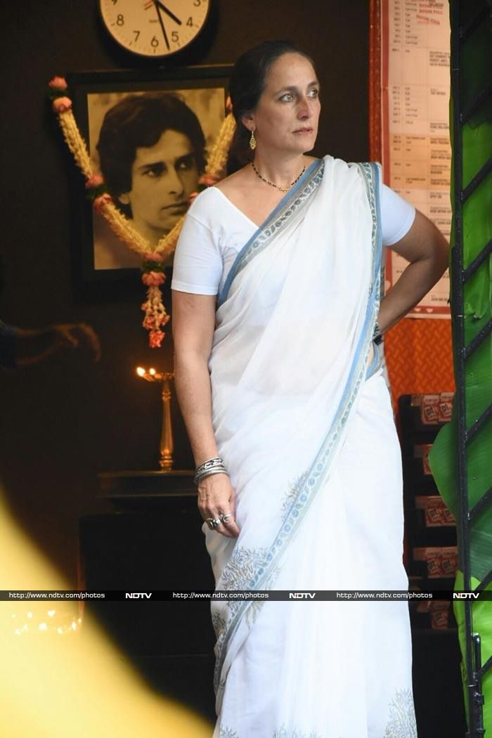 Sanjana Kapoor in a white cotton sari at her father Shashi Kapoor's prayer meet