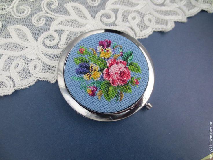 """Купить """"Весенние цветы в небесной синеве"""" - голубой, зеркальце, роза, анютины глазки"""