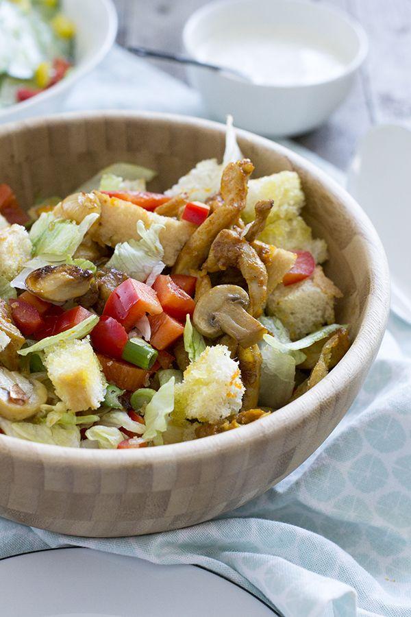 Dit is een leuke (en lekkere) variatie op het welbekende broodje shoarma. In dit geval is de kipshoarma verwerk in een salade, een shoarma salade.