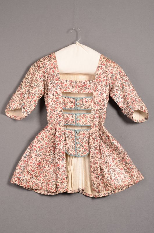 Rood en blauw gebloemde sits, gevoerd met linnen. Identifier 8920 Creation date ca.1780 Material linen, cotton Provenance schenking, 1942 Object Type women's costume, jacket, caraco Local type dameskleding, jak, caraco Rights statement Original webpage Centraal Museum