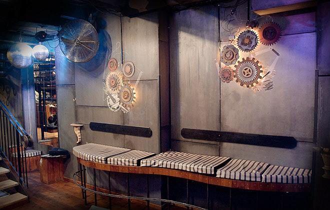 Steampunk – Viktorianisches Zeitalter trifft auf technische Innovationen: Im Cosmic Kaspar Berlin findest du das ideale Setting für eine außergewöhnliche Steampunk Mottoparty. Besonders eignet sich das Motto für ausgefallene Produktpräsentationen, in denen dein neues Produkt zwischen den historischen Maschinen hervorsticht!  Dresscode: Kleid oder Rock mit Unterrock kombiniert zu Korsett, Anzug mit Weste und Zylinder, Accessoires: Fliegerbrille und Taschenuhr. #Mottoparty #Berlin #Steampunk