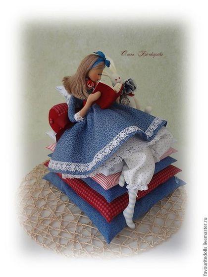 Купить или заказать Текстильная кукла. Алиса и Белый Кролик. в интернет-магазине на Ярмарке Мастеров. '... -- Что толку в книжке, -- подумала Алиса, -- если в ней нет ни картинок, ни разговоров? Она сидела и размышляла, не встать ли ей и не нарвать ли цветов для венка; мысли ее текли медленно и несвязно -- от жары ее клонило в сон. Конечно, сплести венок было бы очень приятно,но стоит ли ради этого подыматься? Вдруг мимо пробежал кролик с красными глазами.…
