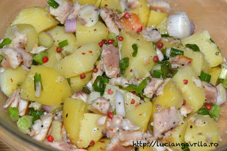 Salată de cartofi cu file afumat de păstrăv-curcubeu