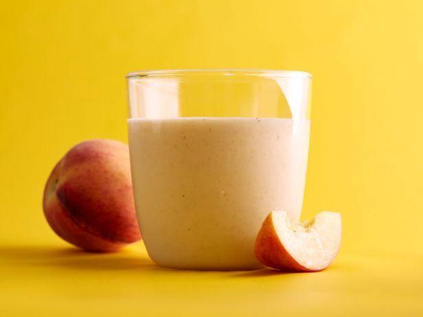 В жизни есть немного вещей, которые также великолепны как сочные зрелые летние персики. В этом смузи сочетаются персик и полезный овес, разбухший в горячей воде, чтобы добавить сытность и бархатистость.