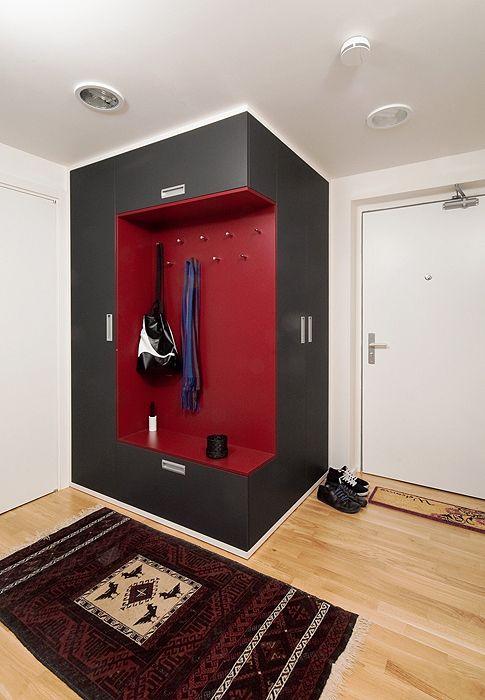 Předsíň. Vestavěná skříň ve vínovo-šedé kombinaci byla zhotovena na míru. Je barevně sladěná s perským kobercem; SKUTEK architecture