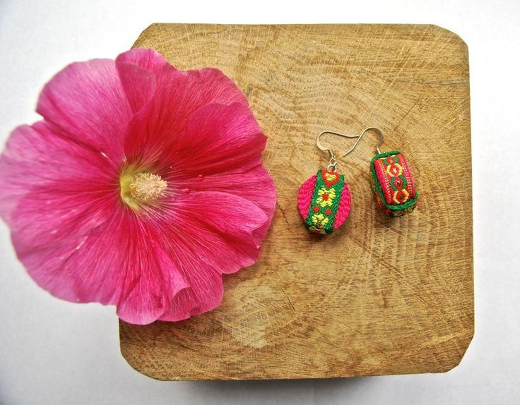 Oorbellen Yunnan | Sieraden | GoodRoots  Mooie oorbellen gemaakt van banden die gebruikt worden voor afwerking van de klederdracht van etnische minderheden in Yunnan.  Origineel cadeau voor een ander of gewoon voor jezelf! www.goodroots.nl