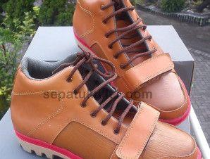 Sepatu kulit Surabaya, Bisa pesan sepatu custom. Ini contohnya >>> Kode Sepatu: R08 >>> Rp 315.000 >>> Sepatu Pria Model Ankle Boot >>> Bahan Kulit Sapi Asli Motif Serat Kayu >>> Size 39 (bisa pesan untuk size yang berbeda)