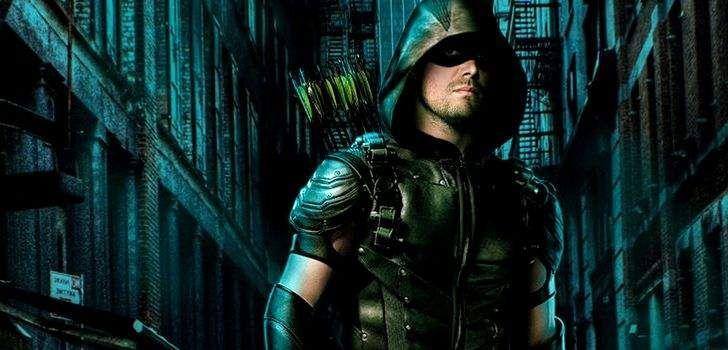 """Durante o painel da quarta temporada de Arrow durante a DragonCon que aconteceu nesse final de semana, Stephen Amell revelou que o primeiro episódio irá introduzir um elemento nunca visto antes e que terá grandes consequências no desenrolar do quarto ano da série! """"Uma parte fundamental da temporada, que ninguém entenderá até ver o episódio …"""