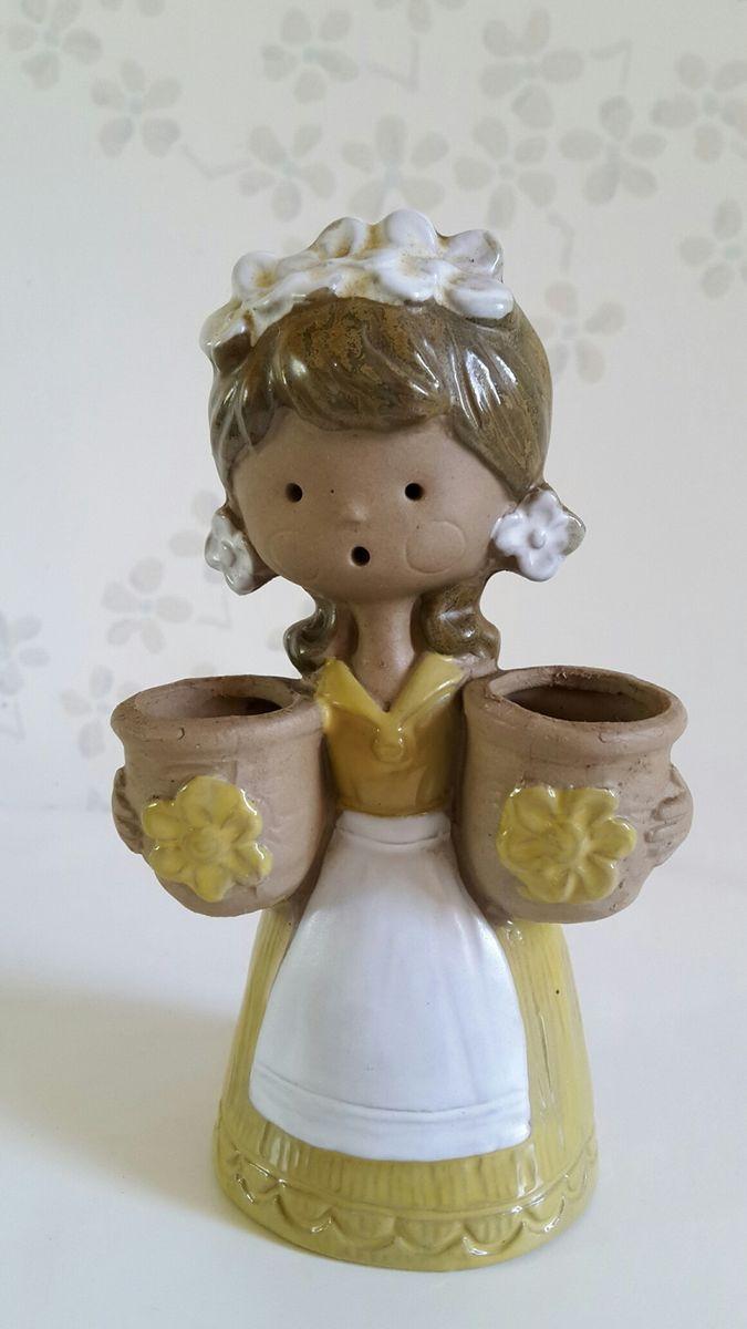Blomsterpige,  i keramik, m. 2 kurve til blomster, gylden. 15 cm. 55 kr.  Se andre annoncer med flere blomsterpiger og stentøj figurer.