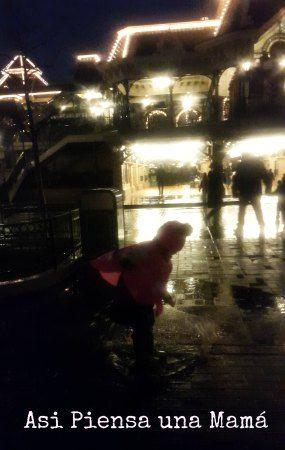Disfrutando de los charcos, las ventajas que nos llueva en Disney. Viajar a Disneyland Paris en invierno. Travelling with kids. Viajes con niños