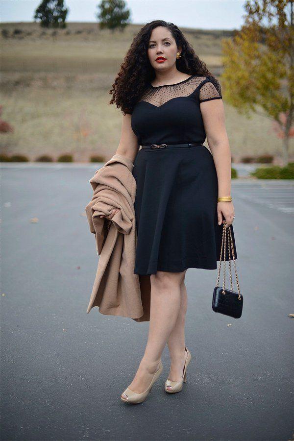 Das kleine Schwarze sieht an jeder Frau fabelhaft aus - egal welche Konfektionsgröße. Die amerikanische Bloggerin Tanesha Awashti von Girl with Curves betont mit ihrem Kleid (von City Chic) ihre Taille und die Schultern. Dazu kombiniert sie einen camelfarbenen Mantel (von Asos) und nudefarbene Peeptoes (von Nine West).