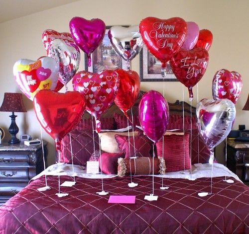 Globos de corazones inflados con helio sobre la cama para sorprender a unos recien casados