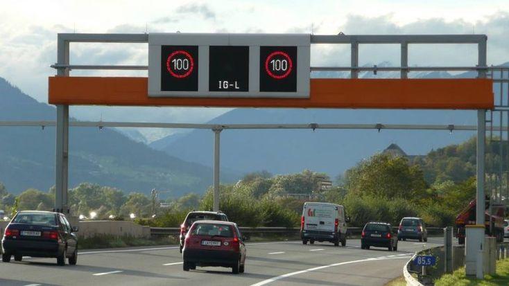 Será a nova moda? A Áustria vai limitar a velocidade máxima dos veículos com motor a combustão a 100 km/h, para reduzir as emissões. Mas pondera permitir aos eléctricos continuar a rodar a 130 km/h. http://observador.pt/2017/12/31/carros-electricos-podem-circular-mais-depressa/