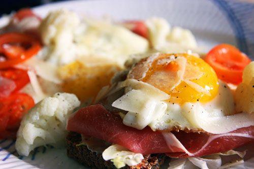 Et stykke smørrebrød med Parmaskine, Spejlæg, Parmesanflager og Blomkål