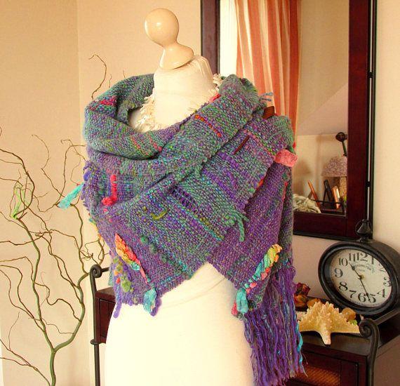 Handgeweven omslagdoek handgeweven sjaal Handspun handgeweven lange sjaal wol alpaca linnen zijde handgeweven wollen sjaal gemaakt violet groene handspun garen  WERELDWIJD GRATIS VERZENDING! KLAAR VOOR SCHIP.  Deze zeer zacht, pluizig en gezellige sjaal / sjaal / wrap is hand geweven van garens met een handspun in violet en smaragd groen hoofdkleuren met de verschillende kleuraccenten. Ik gebruikte ook een satijnen lint de convexe patroon te maken. Het garen voor deze omslag is gesp...