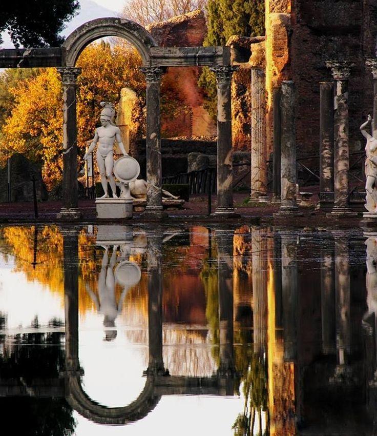 """Villa Adriana / Tivoli __ Roma Situada a las afueras de Tivoli, la Villa Adriana es un conjunto de edificios clásicos construidos en el siglo II bajo las órdenes del emperador Adriano. Se trataba de una """"pequeña ciudad"""" compuesta por palacios, fuentes y termas, además de otras construcciones que imitan diferentes estilos arquitectónicos griegos y egipcios."""