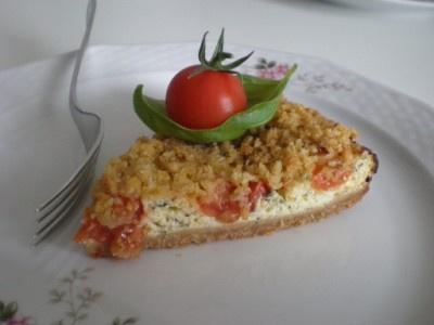 Torta alla crema di basilico con pomodori e crumble di mandorle
