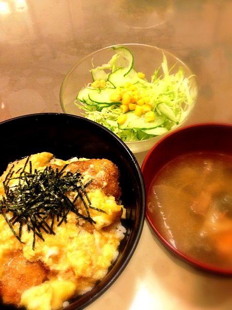 晩ご飯です〜*\(^o^)/* - 5件のもぐもぐ - カツ丼 味噌汁 サラダ by koromama