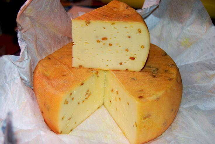 Queso alemán de la región de Allgäu, elaborado con leche pasteurizada de vaca y con semillas de fenogreco repartidas por la pasta.