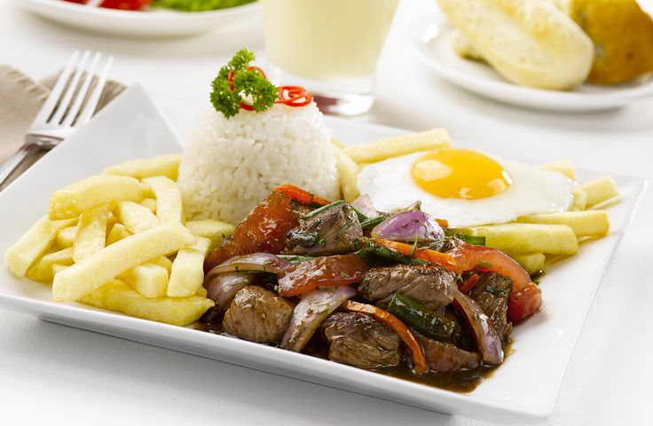 """Lomo Saltado"" peruano, fusión china-peruana. A base de arroz blanco, lomo fino y papas inkas... Uhhmmm!"