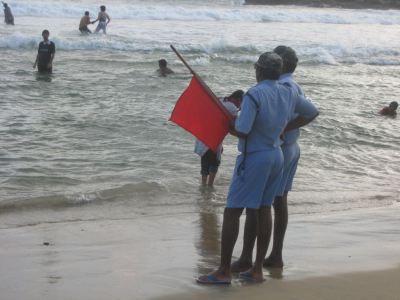 Salva-vidas indianos na praia de Kovalam