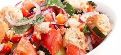 Δροσερές, χορταστικές και πεντανόστιμες, δείτε πέντε συνταγές για καλοκαιρινές σαλάτες που θα ενθουσιάσουν.