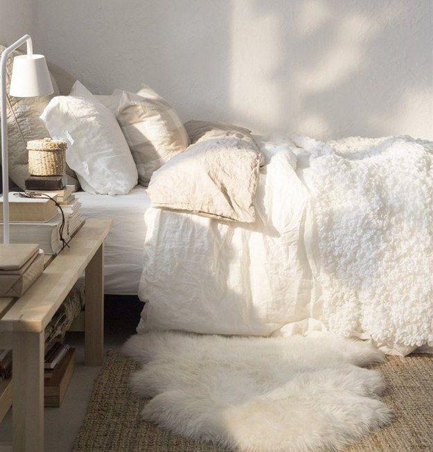 Ein flauschiger Teppich direkt neben Deinem Bett macht es viel leichter, wirklich aufzustehen. | 19 Tipps, wie Du Dein Bett noch gemütlicher machen kannst