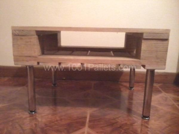Small corner pallet lamp table pallet ideas corner for Pallet corner bench