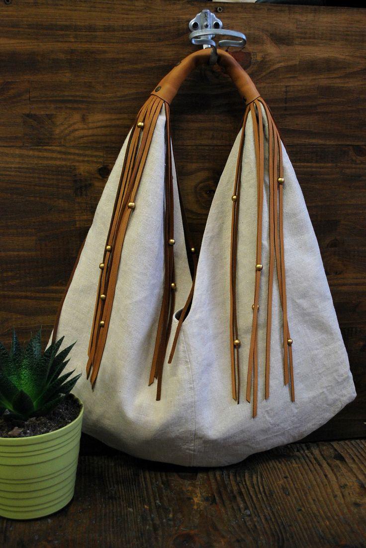 Sac cabas en lin beige naturel avec anse et franges en cuir et perles en bois doré : Sacs à main par lili-marlowe