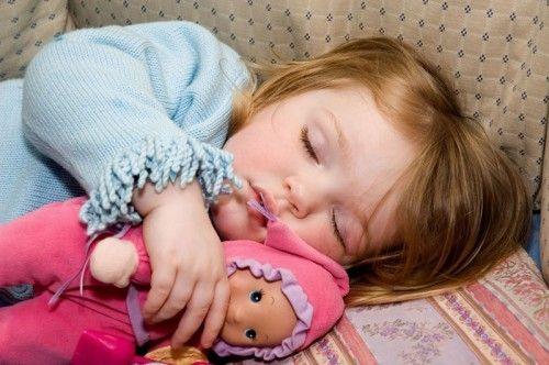 Para los padres resulta claro que el hecho de que sus hijos pequeños pierdan una siesta significa que estarán de mal humor y fuera de sí, pero los científicos que estudian el sueño dicen que casi nada se sabe acerca de cómo la siesta (sueño durante el día) afecta las habilidades de afrontamiento y e