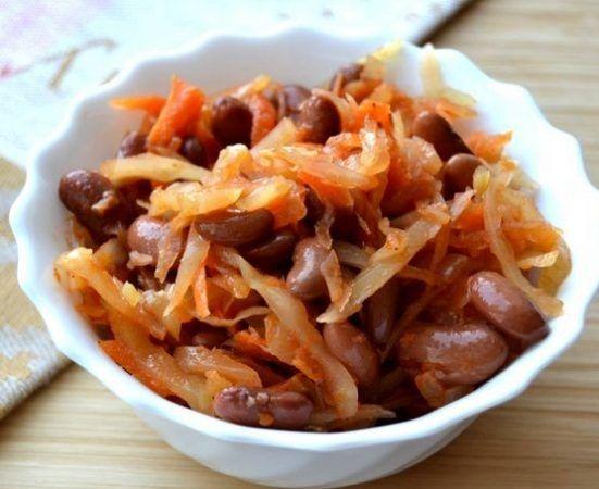 Тушеная капуста с фасолью https://www.go-cook.ru/tushenaya-kapusta-s-fasolyu/  Простенький домашний рецепт овощного второго блюда. Такое можно приготовить на обед практически в любое время года. Ведь фасоль нужна консервированная, а капуста бывает всегда. Так же рекомендуется любителям овощных диет Рецепт тушеной капусты с фасолью Время подготовки: 10 минут Время приготовления: 40 минут Общее время: 50 минут Кухня: Русская Тип: Второе блюдо Порций: 4 Ингредиенты … Читать далее Тушеная…