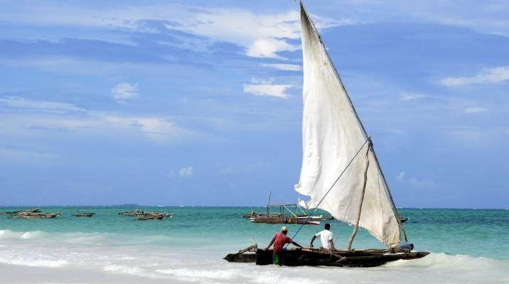 De lokale fiskere med deres fiskerbåde, kaldet dhow