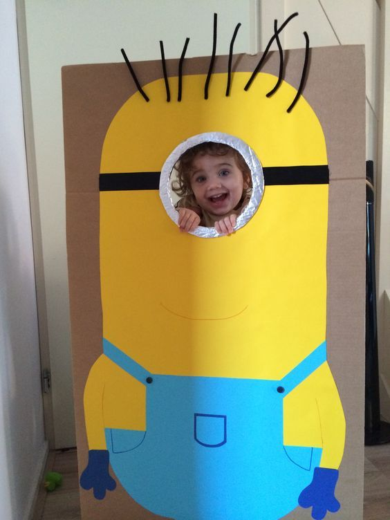 Minion photo booth Selfmade from cardboard: