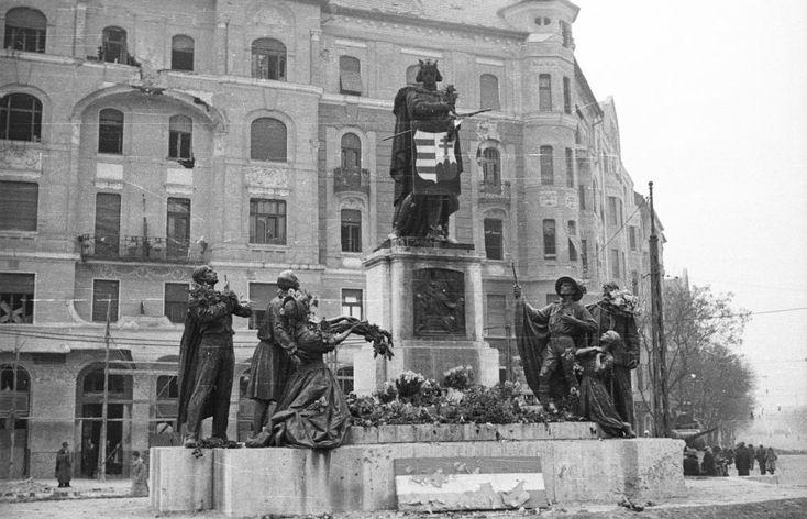 Móricz Zsigmond körtér, Szent Imre szobor (Kisfaludy Strobl Zsigmond), jobbra szemben a Fehérvári út torkolata.