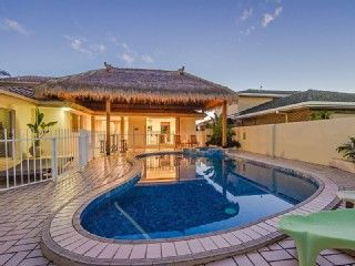 SALT AIR HOUSE - Large 6 bedroom waterfront house sleeps 10-14 in Broadbeach