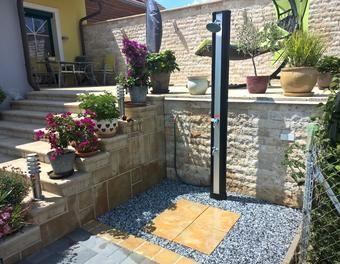 Duschplatz mit Solardusche Solardusche, Gartendusche, Duschplatz
