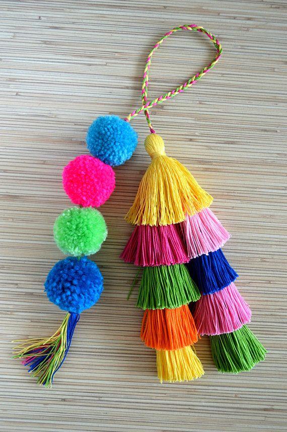 Encanto de bolso pom pom encanto de borla bolso caliente encanto de borla rosa bolso bolso accesorios Boho accesorios bolso encanto encanto de Pom pom monedero pompones Encanto del bolso colorido de borlas y pompones hechos a mano. Perfecto para los bolsos de verano y playa. Un tamaño. Longitud sin un lazo: aprox. 8.2 8.6 pulgadas/21-22 cm ♥ Heartmade tema ♥ Todos mis productos vienen en un embalaje bien diseñado, así que están listos para ser dados como regalos. Cada pieza de joye...