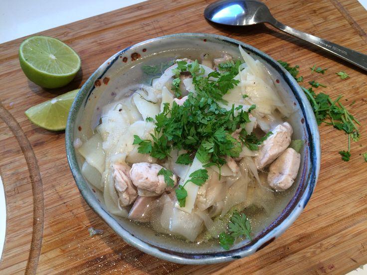 Voici un souvenir de mon voyage au Vietnam. Le Phở ( prononcez « Feu « ) est le plat national vietnamien. Cette soupe est composée de nouilles de riz, de morceaux de bœuf ou de poulet et d'herbes a...