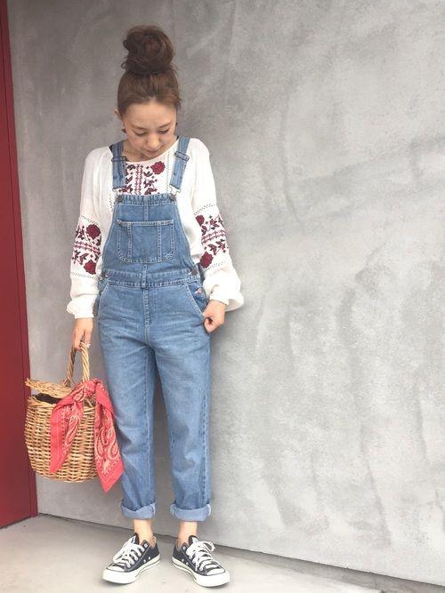 久々にサロペットコーデ‼️ 刺繍ブラウスと合わせて春っぽく✨ 分かりにくいけど、刺繍の赤と合