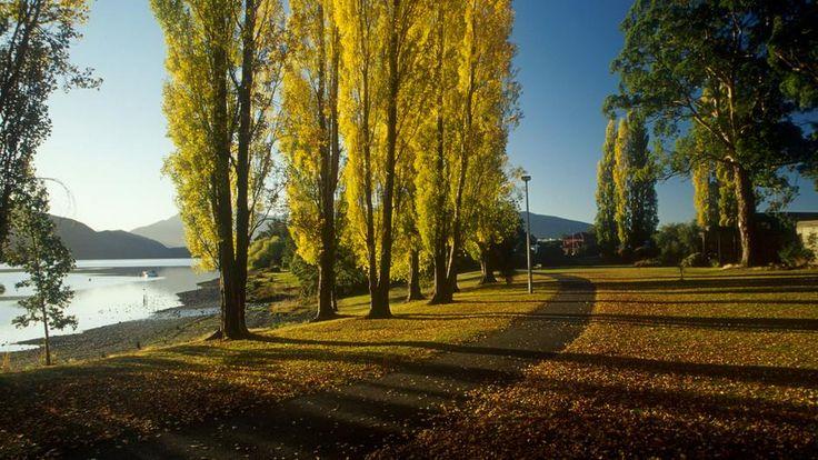 Margem do lago Te Anau, em Te Anau. O lago é o maior da ilha do Sul. Próximo aos limites do Parque Nacional Fiordland, Te Anau é a base ideal para aventuras ao ar livre. Ilha do Sul, Nova Zelândia.  Fotografia: Destination Queenstown.