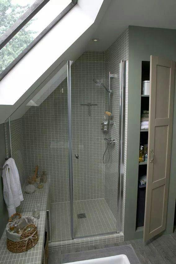 Douche, salle de bains, dans les combles, sous les toits. Espace optimisé.