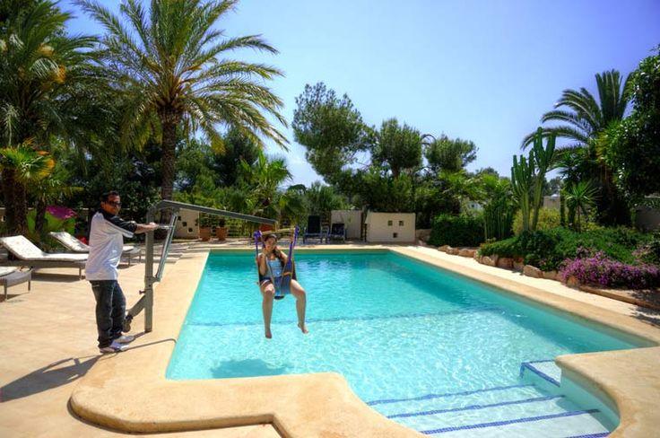 Voor het  verwarmde zwembad van Villa Xenofilia VII is een #zwembadlift beschikbaar. Het bad van dit #vakantiehuis heeft een redelijke groot ondiep gedeelte waar eventueel met een #rolstoel gereden kan worden.