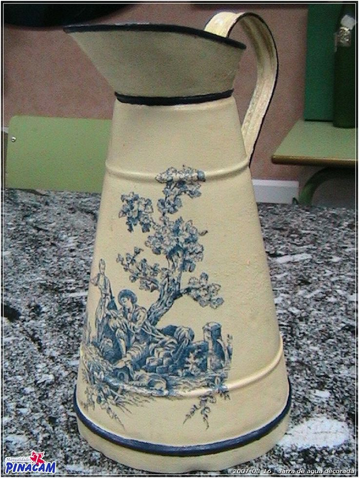 Antigua jarra de agua con decoupage. #manualidades #pinacam #latón                                           www.manualidadespinacam.com