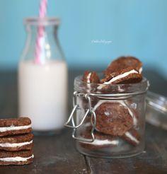 Не знаю насколько мой диетический полезный вариант печенья орео похож на оригинал, но он бесспорно имеет право быть - очень вкусно, полезно, сладко и питательно.  Из указанного ниже числа ингр
