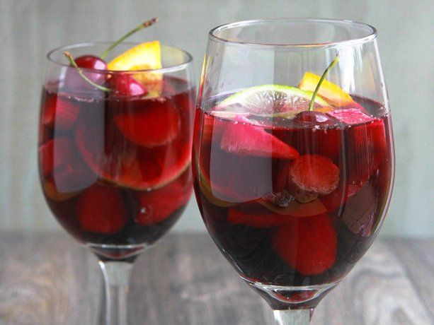 Summer Fruit Sangria Sparkler! Looks like a great and refreshing summer drink!